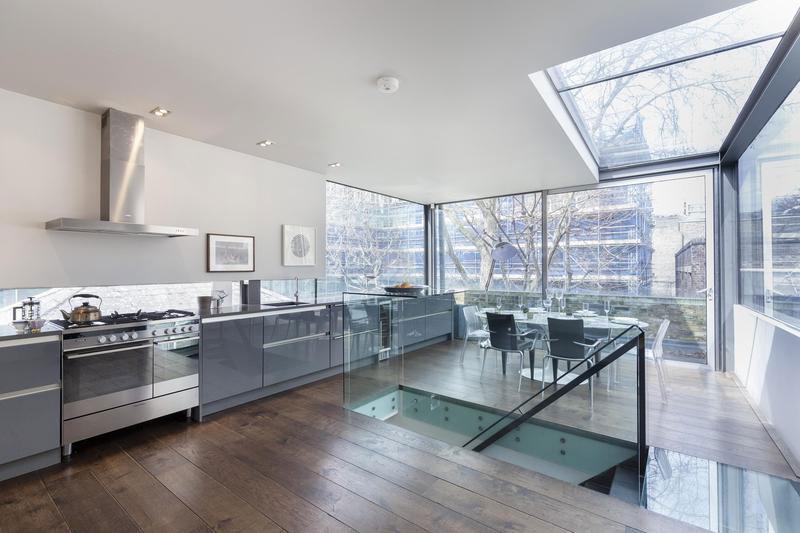 decoracao-rustica-e-moderna-sala-e-cozinha-integradas-com-fechamentos-de-vidro-casa-em-londres-inglaterra